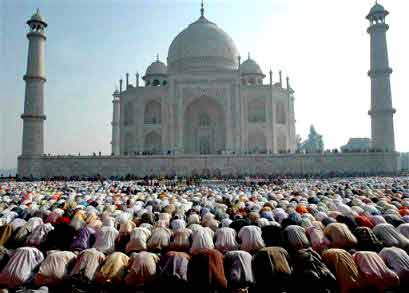 Men bowing and praying to Allah